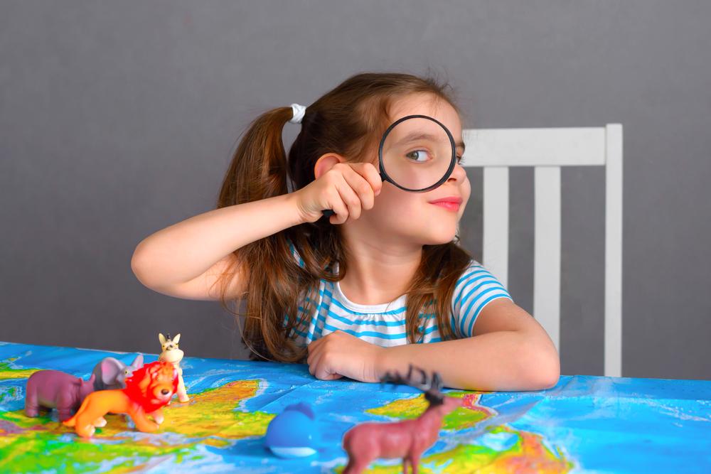 kislány tanulja a térképet